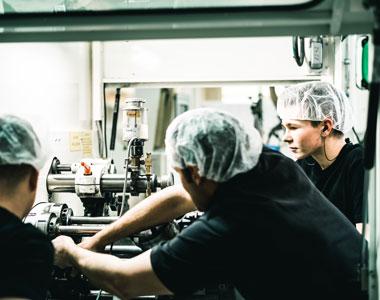 Auf diesem Bild sieht man die Umrüstung der Produktion bei Tubex.